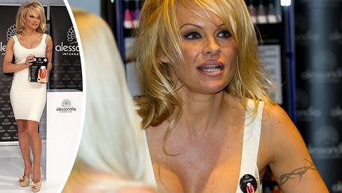 Pamela Anderson je stále pořádná kočka.