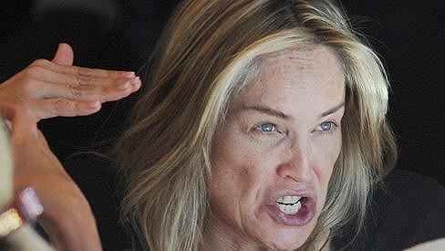 Nenalíčená Sharon Stone slavnou hvězdu připomínala jen vzdáleně.