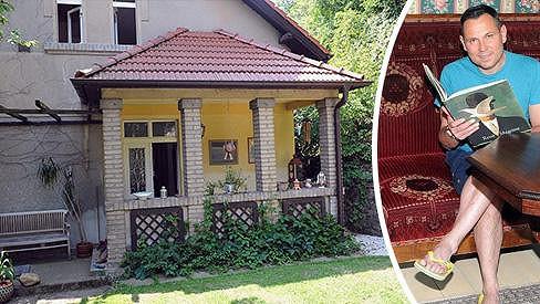 Pavel Vítek a Janis Sidovský bydlí v krásném domě na Karlštejně.