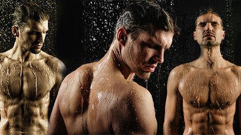Švarný Honza Hájek úplně nahý ve sprše.