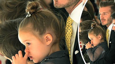 Roztomilá Harper na módní show maminky Victorie Beckham v New Yorku