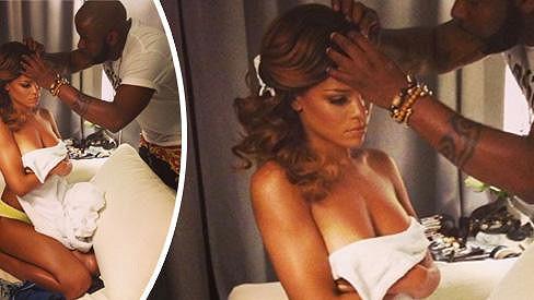 Rihanna si nechala upravovat své kadeře ještě neoblečená.