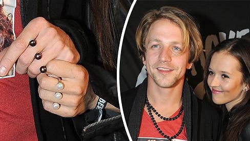 Tomáš a Tamara na párty ukázali prstýnky.