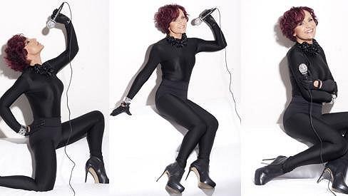 Dámy asi tuhle zpěvačku nebudou mít v lásce. Petra Janů se může v šedesáti pohlubit sexy křivkami.