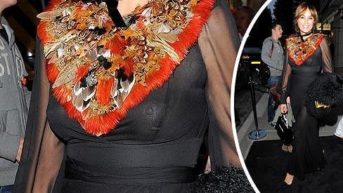 Yasmin Le Bon zariskovala a díky výběru outfitu se stala středem pozornosti.
