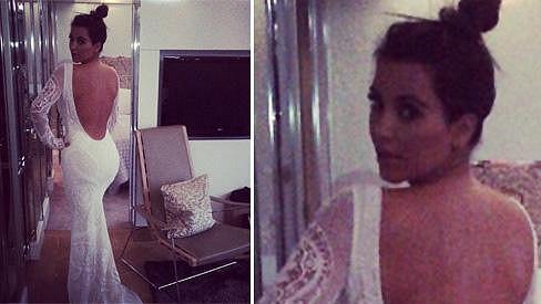 Kim Kardashian v róbě, která nápadně připomíná svatební šaty.