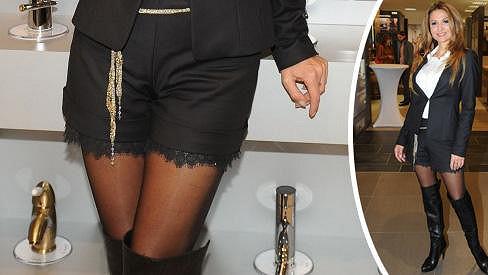 Kraťásky s krajkovým lemem jsou velmi sexy.