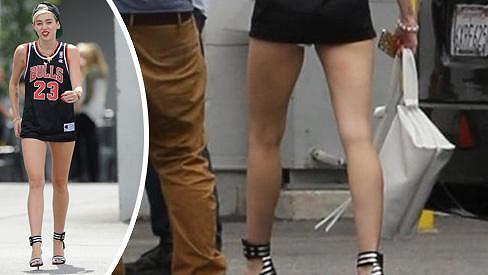 Miley Cyrus se nebojí ukázat své štíhlé nožky.