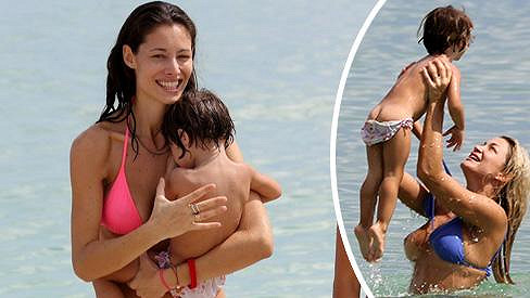 Dcerka Erose Ramazzottiho s krásnou maminkou a chůvou, která pro ni udělá cokoliv.