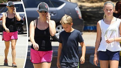 Reese Witherspoon vypadá jako sestra svých dětí.