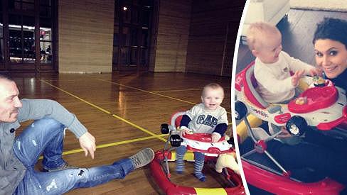 Vlaďka Erbová a Tomáš Řepka si hrají s malým Marcusem.