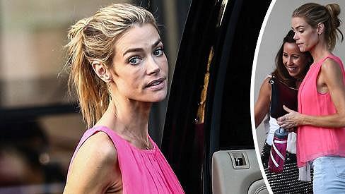 Denise Richards předvedla kostnaté ruce a unavenou tvář, když vyzvedávala dcery z hodiny gymnastiky.