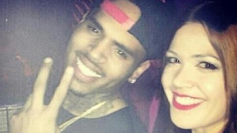 Chris Brown flirtoval i s touto neznámou brunetkou.