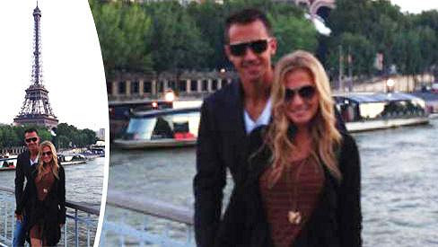 Michaela Ochotská podporuje Lukáše Rosola na grandslamu v Paříži.