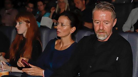 Jiří Langmajer dorazil na premiéru Lajny 2 s manželkou Adélou a dcerou Julií.