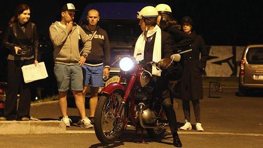 Kraus se po Praze projížděl na historickém motocyklu.