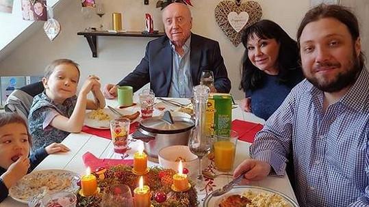 Dáda Patrasová a Felix Slováček zasedli u jednoho stolu společně s rodinou.