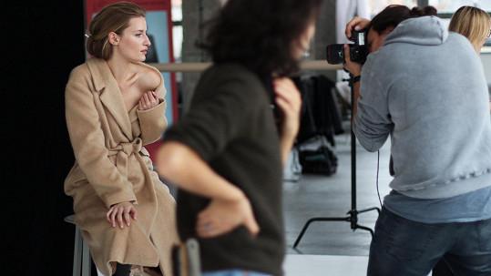 Linda Vojtová pózuje v módní kampani