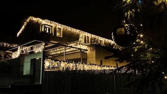 Nazdobený dům zlaté slavice vypadá skvostně.