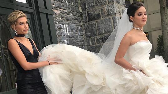 Hailey Baldwin šla své sestře za družičku.