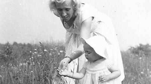 Poznáte na fotce českou zpěvačku? O milovanou mámu přišla v jedenácti letech a léta dospívání měla složitá.