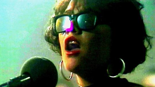 Poznáte dívku, která se z rockové dračice proměnila v popovou divu?