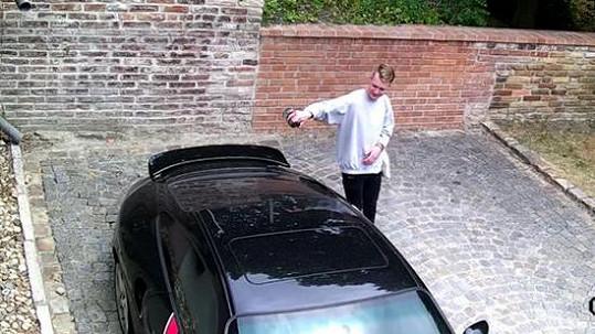 Mladý gauner poškozuje Landovo auto.