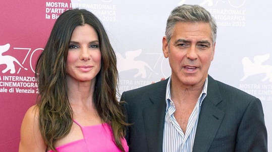 Sandra Bullock a George Clooney si zahráli ve filmu Gravitace.
