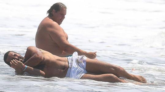 Gigi relaxoval na pláži s kamarádem.