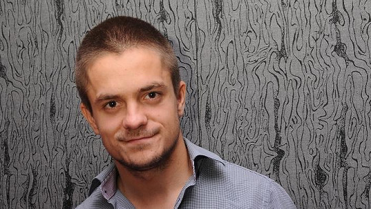 Jiří Mádl má novou práci. Bude Lucií Borhyovou v kalhotách.