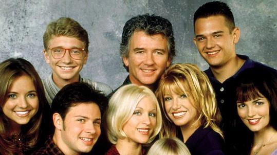 Staci Keanan (uprostřed) se svou seriálovou rodinou