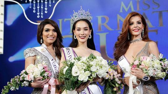 Miss International Queen 2016 vyhrála Thajka (uprostřed).