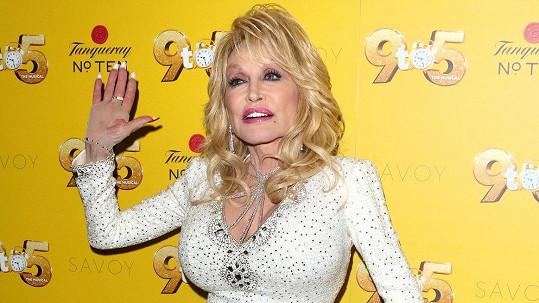 Dolly Parton má osobitý styl.