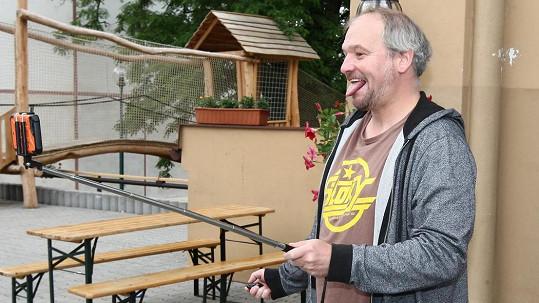Na hudebním festivalu si Marek troufne jen moderovat. Na žádný hudební nástroj totiž nehraje a zpívá jen v sebeobraně.