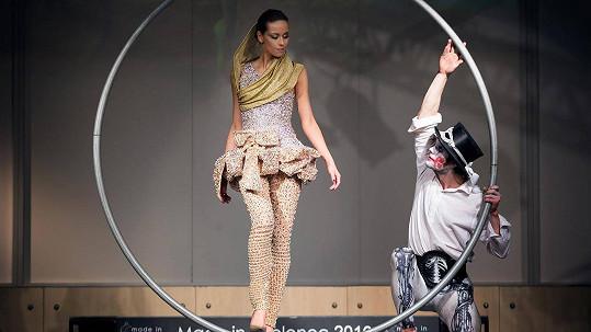 Modelka s exotickým vzhledem předvedla dvacetikilové šaty.