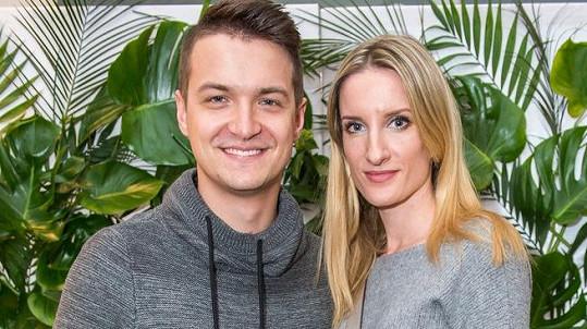 Adela Banášová a Viktor Vincze se zasnoubili.
