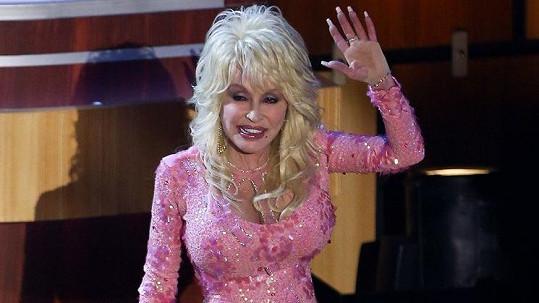 Dolly Parton je věrná svému nevkusu.