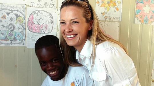 Nenalíčená Petra Němcová s haitským chlapcem.