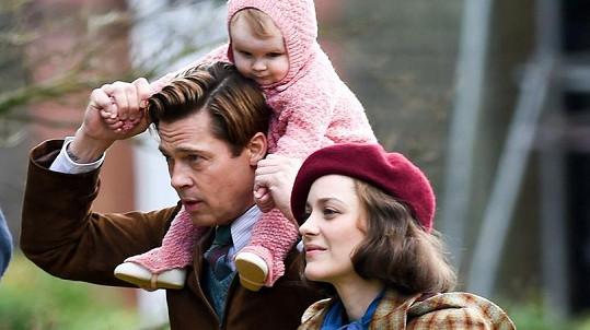 Brad Pitt a Marion Cotillard jako spokojená rodinka ve filmu Spojenci.