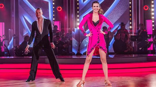Daniela Písařovicová tančí po boku Michala Mládka.
