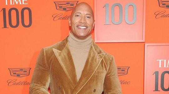 Dwayne Johnson v sametovém obleku