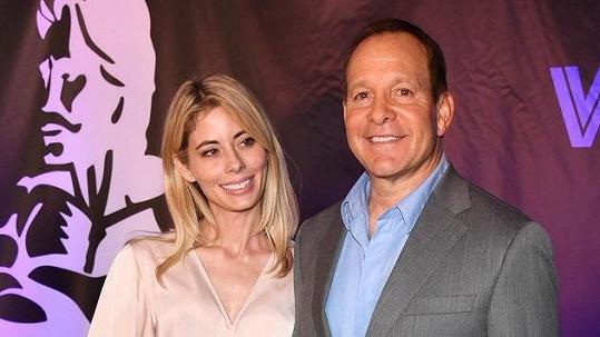 Steve Guttenberg a Emily Smith