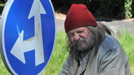 Poznáte bezdomovce na fotce?