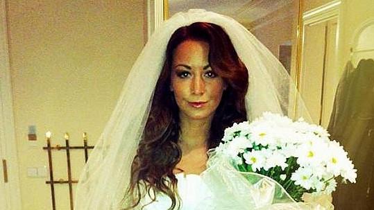 Agáta Prachařová se rozhodla svatbou vytočit do běla svého sponzora.