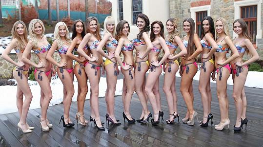 Takhle vypadala sestava finalistek České Miss během jejich první promenády v plavkách.
