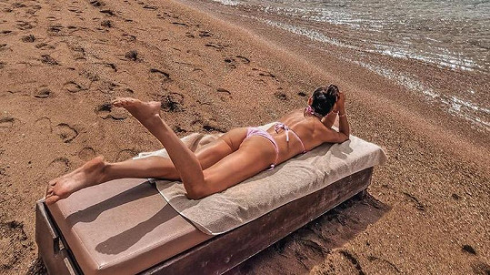 Nikol Švantnerová opět chytá bronz u moře.