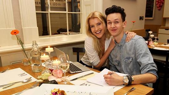 Česká Miss Jitka Nováčková dala svému hubenému stylistovi Michaelu Kováčikovi pořádně najíst.