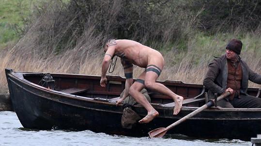 Tom Hardy natáčel zcela nahý.