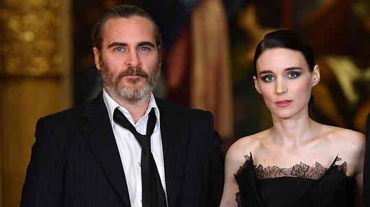 Rooney Mara a Joaquin Phoenix tvoří pár.