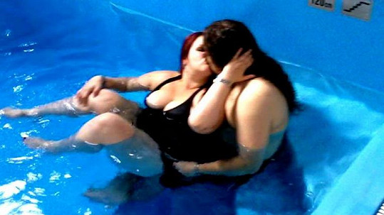 Ajajaj! Leona Šenková se nám ukázala v plavkách. Co jí to z nich trčí?